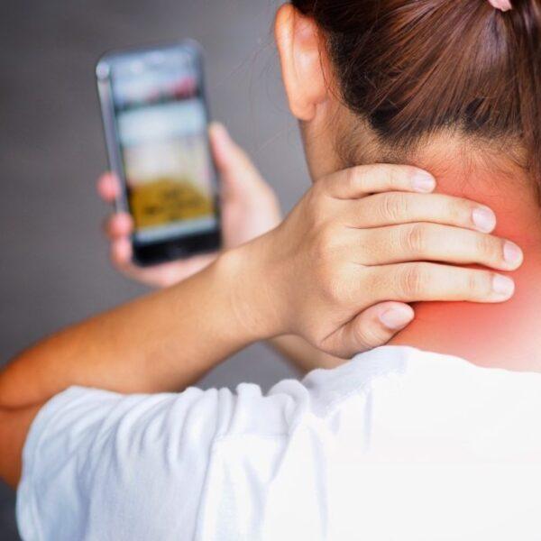 Text neck, i danni dello smartphone sulla cervicale